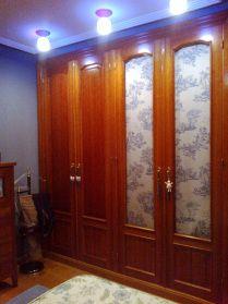 Armario cerezo cortinillas Toile de Jouy azul