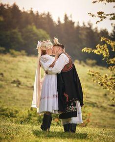 Kúsok sobotnej inšpirácie 😍💍 zo ❤️ k folklóru 🎻🙏 by Destination Wedding, Wedding Day, Folk Clothing, Folk Costume, Wedding Inspiration, Wedding Photography, Romantic, Embroidery, Traditional