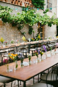 An original wedding full of games, tattoos and Converse celebrated in the countryside and where thousands of colorful flowers decorated the long tables. Flower Centerpieces, Flower Decorations, Table Decorations, Colorful Flowers, Countryside, Table Settings, Wedding Planners, Plants, Home Decor
