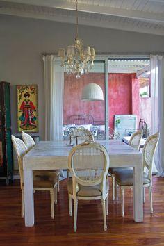 De estilo práctico y canchero, el comedor se amolda a la vida en familia. Una mesa sólida y amplia –mide 1,50 x 1,50 m–, con sillas heredadas, tapizadas en chenille y terciopelo (La Mary), más la luz suave de la araña de caireles (Mercado de Pulgas) arman un comedor cálido y décontracté. En la pared, cuadro con figura japonesa bordada (Paula y Agustina Ricci).