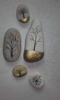 Trees on pebbles drawing gold ink stone - # Trees .- Arbres sur galets dessin encre de chine or pierre – Trees on pebbles drawing gold ink stone – - Rock Painting Patterns, Rock Painting Designs, Paint Designs, Painting On Rocks Ideas, Pebble Painting, Pebble Art, Stone Painting, Ink Painting, Stone Crafts