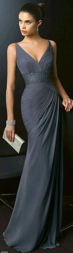Dlouhé šaty   látka šedé barvy s efektním řasením. Šaty Pro Družičky 4d6ac227702