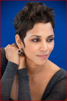 halle berry frankie and alice - Bing Images Short Sassy Hair, Short Afro, Short Hair Cuts, Pixie Cuts, Pixie Bob, Khloe Kardashian Bob, Halle Berry Style, Halle Berry Pixie, Halle Berry Short Hair