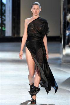 Guarda la sfilata di moda Alexandre Vauthier a Parigi e scopri la collezione di abiti e accessori per la stagione Alta Moda Autunno-Inverno 2016-17.
