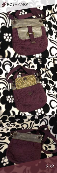 Fossil Key-Per Crossbody Purse • Gently Used Plum and grey Fossil Key-Per Crossbody Purse • This purse features an adjustable strap, front pocket with magnetized flap closure, a zipped pocket on the inside and another inside pocket great for storing your phone or other items you want to easily access • Well taken care of and I don't see any flaws at all beyond normal, gentle use Fossil Bags Crossbody Bags
