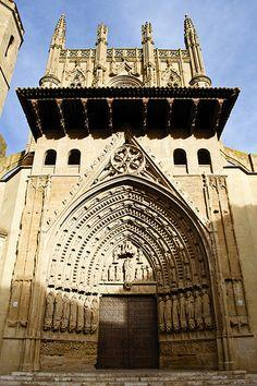 Huesca Catedral . La catedral se halla en el lugar más elevado del cerro sobre el que se asentó la primitiva ciudad de Huesca, constituyendo junto al ayuntamiento y otros edificios, el centro del recinto histórico de la ciudad.