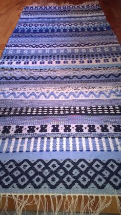 Carpet Runners By The Foot Canada Info: 3026490641 Weaving Textiles, Weaving Art, Weaving Patterns, Hand Weaving, Rya Rug, Peg Loom, Swedish Weaving, Rug Inspiration, Woven Wall Hanging
