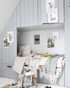 DIY: hang the cheerful posters from the vtwonen poster book in the nursery Kids Interior, Small Space Interior Design, Interior Design Living Room, Deco Kids, Diy Zimmer, Shop Interiors, Fashion Room, Kid Spaces, Kid Beds