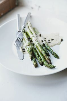 roasted asparagus with a tangy mayonnaise and fried capers from Suvi sur le vif