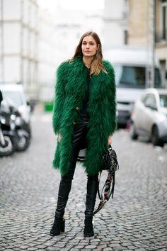 Street Style: Nadja Bender at Paris Fashion Week Fur Fashion, Fashion 2017, Fashion Outfits, Street Fashion, Model Street Style, Street Style Women, Haute Couture Paris, Fashion Week Paris, Office Fashion Women