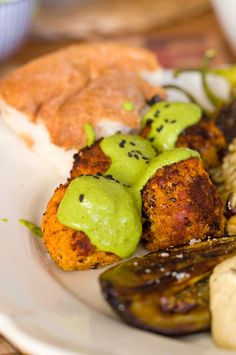 Mezzeteller – Rote Linsenbällchen mit Limetten-Kräuter-Soße, Hummus, Vadouvan-Reis und Gemüse