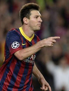 Le Retour du Roi Neymar Messi embrassant lorgner d'expression dominateur