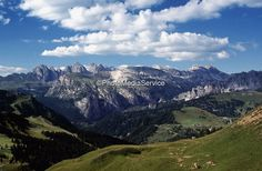 Foto: Beautiful views onto the bizarre mountain world from the Dolomites are offered