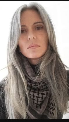 New Hair Grey Natural Silver Foxes Ideas Grey Hair Don't Care, Long Gray Hair, Grey Hair Styles For Women, Natural Hair Styles, Long Hair Styles, Grey Hair Model, Silver Fox Hair, Silver Foxes, Straight Hairstyles