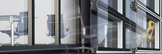 #paretidivisorie attrezzate Alumil P200: un sistema di #paretimodulari divisorie per ambienti interni. I pannelli di vetro sono attaccati sui telai in #alluminio , i quali sono appesi su montanti e traversi. Estetica di linee pulite e diritte ed è visibile perimetricamente una sottile striscia di alluminio. Le porte possono essere di vetro oppure di legno, doppi pannelli di vetro applicati per un alto livello di isolamento acustico, è possibile inserire tra i pannelli di vetro delle…