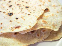 Rakkaalla lapsella on monta nimeä, lähes kaikissa keittiöissä on kuumalla levyllä, pannulla tai parilalla paistettava happamaton ja nostamaton pyöreä ohut leipä, tortilla, chapati, rieska.... Ohutleip... Chapati, Bread Recipes, Good Food, Rolls, Ethnic Recipes, Middle, Deserts, Bread Rolls