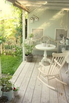 perfect country porch made for relaxing porch sitting Shabby Chic Veranda, Shabby Chic Porch, Shabby Chic Living Room, Cottage Porch, Home Porch, Cottage Style, Country Porches, Outdoor Rooms, Outdoor Living