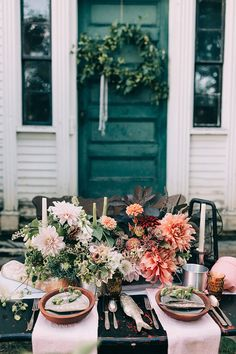 Wild dahlia centerpiece with variegated color from Field Floral Artistry | Photography: Emily Delamater