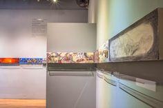 El montaje de la obra pictórica hace que la exposición sea más una instalación que una muestra colectiva de obras individuales