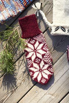 Kirjoneulelapaset Novita 7 Veljestä ja 7 Veljestä Polaris | Novita knits Tähtilapaset Knit Mittens, Knitting Socks, Knit Socks, Knitting Ideas, Fair Isle Knitting, Handicraft, Christmas Stockings, Snowflakes, Knit Crochet