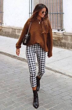30 Chic Fall Outfits To Inspire Yourself how to style a pair of plaid pants : sweater + bag + boots Simple Fall Outfits, Winter Outfits For School, Fall Winter Outfits, Autumn Winter Fashion, Casual Outfits, Cute Outfits, Fashion Week, Look Fashion, Fashion Outfits