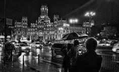 Madrid lluvioso... #madrid #places #lugares #people #gente #urbanscenes #huawei #huaweimate9 @HuaweiSpain #monocromo #autumn #otoño #monocromo #rain #lluvia