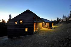 High in the mountains, 1000m above the ocean and close to the ski slopes, the cabin reflects the contours in the terrain to make room for a large family on holiday.