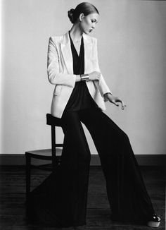 karlie kloss vogue uk - The new Karlie Kloss Vogue UK spread for the January 2011 issue features menswear-inspired ensembles fit for an upscale office look. Vogue Uk, Teen Vogue, Magazine Mode, Vogue Magazine, Minimal Fashion, White Fashion, Minimal Chic, Classic Fashion, Vintage Fashion