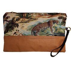 Pochette con fantasia jungle in nappa e tessuto Gobelin, interamente lavorata a mano per uno stile unico. Acquista online i prodotti di Land and Sea su STORE.GRIFFALIA.COM | #bag #pochette #nappa #madeinitaly #style #griffalia #fashion #eccellenzeitaliane