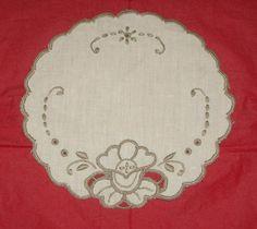 portuguese embroidery | Portuguese Embroidery - White Oval Mat