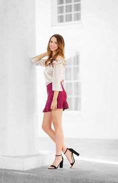 Women With Beautiful Legs, Lovely Legs, Nice Legs, Suits For Women, Sexy Women, Girls In Mini Skirts, Sexy Legs And Heels, Maxi Styles, Female Poses