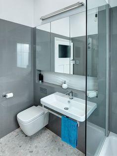 carrelage gris et peinture murale blanche dans la spetite salle de bains