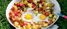 One-pan hash potatoes with bacon, tomato and egg. -I don't like tomato so i left it out, still tasted amazing.