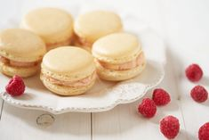 Vanillemacarons met frambozen-botercrème - Dishcover Macarons, Cheesecake, Deserts, Sweets, Food, Eggs, Good Stocking Stuffers, Cheese Cakes, Desserts