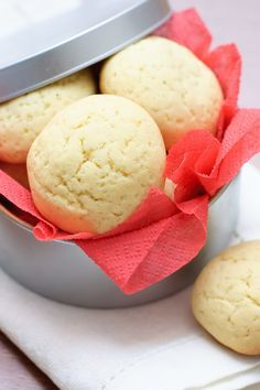 Melt-In-Your-Mouth Shortbread Cookies - easy 4 ingredient recipe! I loooooove shortbread! Cookie Desserts, Just Desserts, Cookie Recipes, Delicious Desserts, Dessert Recipes, Yummy Food, Biscuit Cookies, Yummy Cookies, Shortbread Cookies