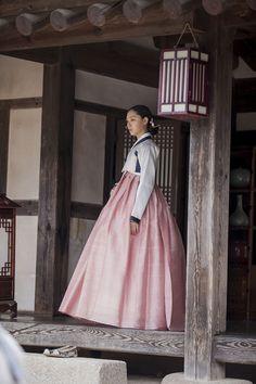 반가의 - 반가의우리옷 드라마 흑기사 한복협찬, 배우 서지혜 Korean Traditional Dress, Traditional Dresses, Korean Princess, Modern Hanbok, Oriental Dress, Korean Dress, Cute Korean, Lolita Dress, Korean Women