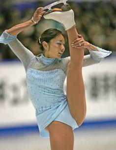 トリノ冬季五輪の最終選考会を兼ねたフィギュアスケートの全日本選手権第2日は2005年12月24日、東京・国立代々木競技場で行われ、女子ショートプログラム(SP)では、大会3連覇を目指す安藤美姫(愛知・中京大中京高)は6位スタートとなった。  写真は、安藤美姫のSPの演技 【時事通信社】