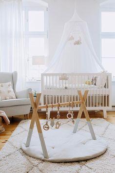 Un jouet d'éveil pour bébé moderne en bois