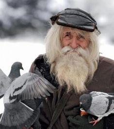 Este hombre hará que recobres tu fe en la humanidad. - El es Dobri Dobrev y es probablemente el hombre más bondadoso del mundo.  Durante la Segunda Guerra Mundial, fue víctima de los bombardeos a Bulgaria y casi pierde la audición por completo. Desde hace décadas, ha caminado aproximadamente 25 kilómetros desde su pueblo hasta Sofría, capital de Bulg... #vive=Personas,animales,lavidaytodossussecuaces.  http://www.vivavive.com/este-hombre-hara-que-recobres-tu-fe-en-l