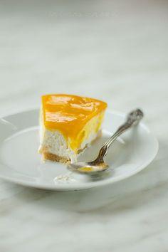 La no bake cheesecake al mango è un dessert fresco e cremoso preparato senza l'uso del forno e di gelatina all'interno