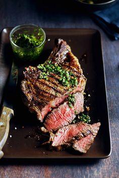 Steak aus der Hochrippe mit Kräutersoße - smarter - Zeit: 25 Min. | eatsmarter.de