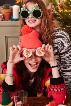 Friends and fun for Christmas - Christmas Mood, Merry Little Christmas, Christmas Couple, Bffs, Bestfriends, Christmas Photography, Best Friend Pictures, Christmas Aesthetic, Foto Pose