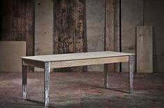 dans une authentique cave vin la parqueterie nouvelle table en vieux bois sur mesure. Black Bedroom Furniture Sets. Home Design Ideas