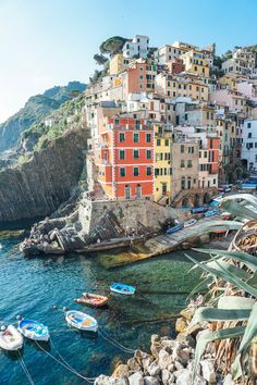 24 hours in Cinque Terre! The best spots to eat, take photos and attractions to visit. This is one of my favorite of the 5 villages, Riomaggiore.