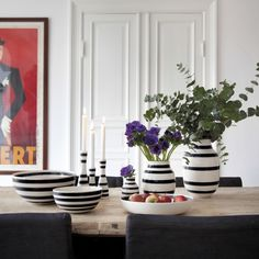 The stripes adorn not only beautiful interior designs, but also make their way to the kitchen in the form of breakfast bowls, butter dishes and other everyday luxuries. Let the Omaggio vase speak for itself as a strong design statement or mix and match it with other vases and bowls in the range for an unusual harmony of stripes, shapes and colours.