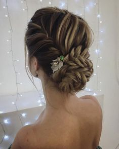 Amazing updo hairstyle with the wow factor. Finding just the right wedding hair for your wedding day is no small task but we're about to make things a little bit easier.From soft and romantic, to classic with modern twist these romantic wedding hairstyles with gorgeous details #weddingdayhair