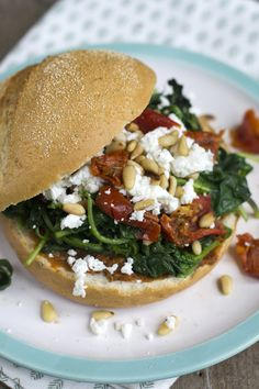 Spinach sandwich with goat cheese - Brenda Cooks! Vegetable Lunch, Sandwiches, Brunch, Vegetarian Recipes, Healthy Recipes, Lunch Snacks, Lunches, English Food, Happy Foods