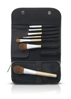 Seven-piece brush set designed to retain powder and enhance the quality of makeup application. Each brush has been expertly crafted to apply precise, professional-looking makeup with ease. Contour Brush, Lip Brush, Makeup Brush Set, Eye Contour, Brush Kit, Eye Brushes, It Cosmetics Brushes, Eyeshadow Brushes, Cosmetic Kit