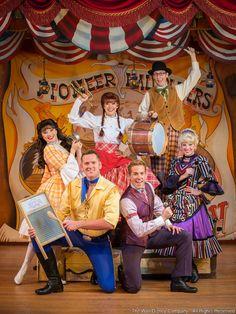 O dinner show Hoop-Dee-Doo Musical Revue passou a ser apresentado no dia 30 de junho de 1974 - no Pioneer Hall - do Disney's Fort Wilderness Resort and Campground - inicialmente contava com seis jovens atores, muita música e baldes e baldes de frango frito...