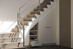 Moderne trap boven plaatsbesparende kast.